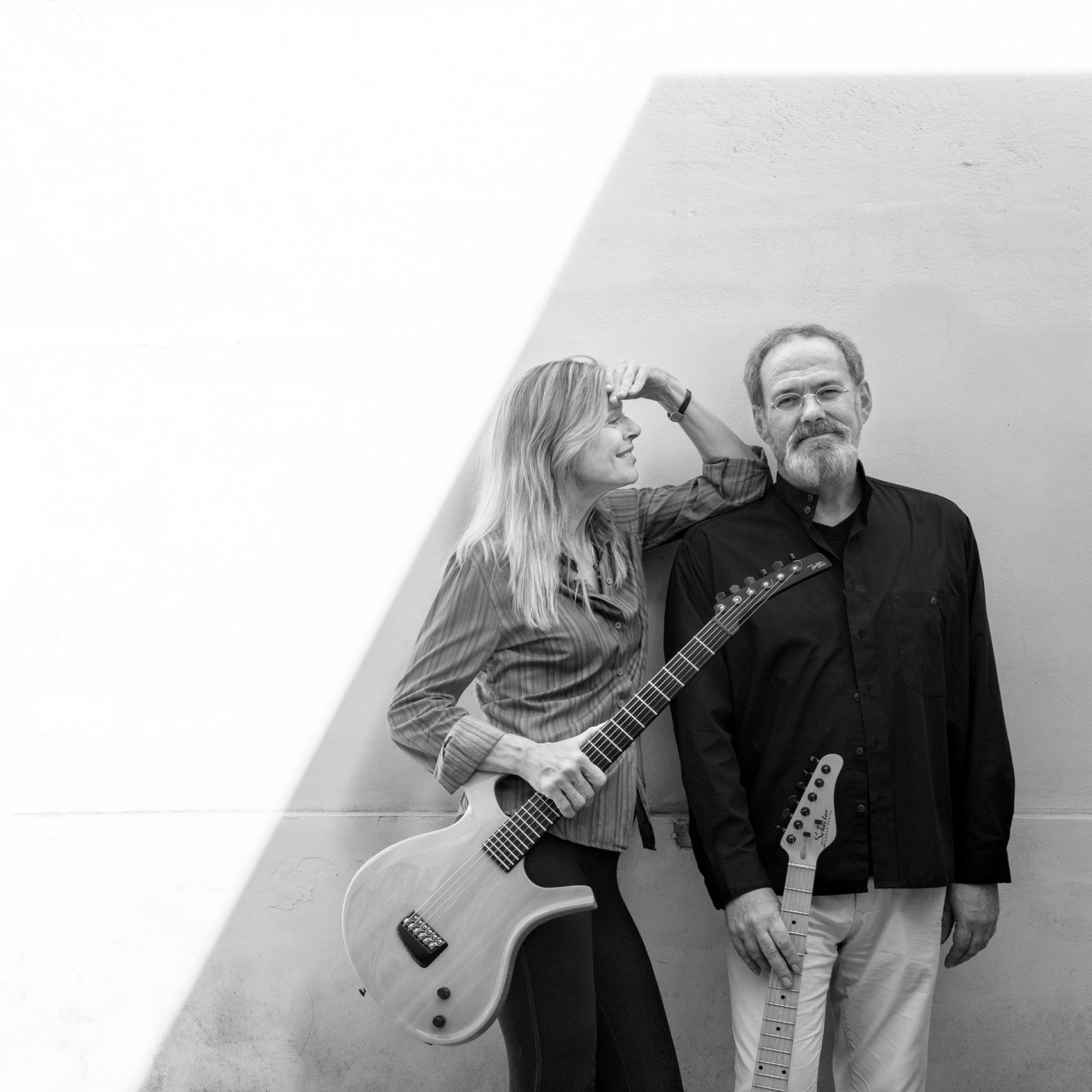 Songs & Sounds – B&W Elisabeth Cutler with guitarist Leander Reininghaus